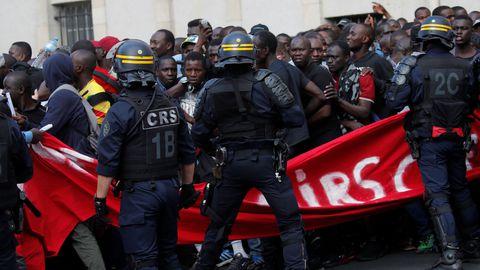 des-sans-papiers-entoures-par-la-police-a-leur-sortie-du-pantheon-a-paris-le-12-juillet-2019_6198100
