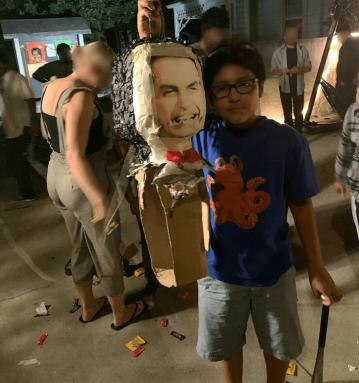 Piñata destruida que representa la lucha contra el fascismo y la reacción en Brasil.