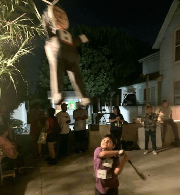 Un niño golpea una piñata de Bolsonaro