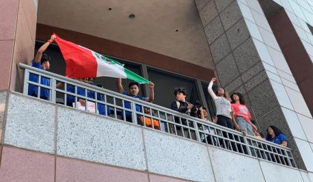 Varios manifestantes cargan las banderas de países latinoamericanos