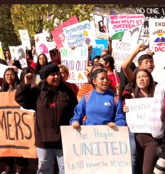 Cientos de estudiantes marcharon en solidaridad con inmigrantes y en contra de la terminación de DACA