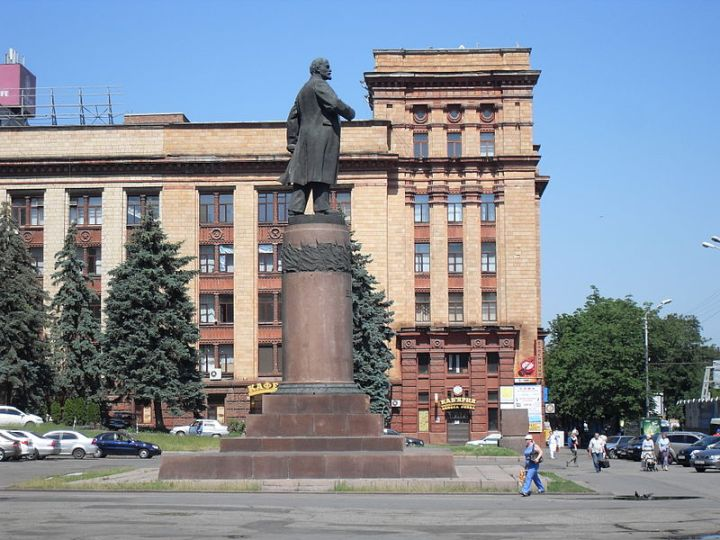800px-Lenin_statue_in_Dnipropetrovsk,_lateral_view