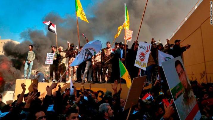 Los manifestantes celebran la ruptura de la pared exterior en la Embajada de EEUU