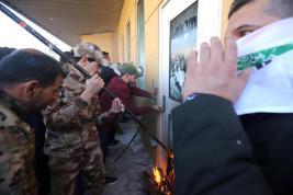 Los manifestantes rompen vidrio a prueba de balas en la Embajada de EEUU