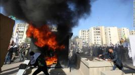 manifestantes iraquíes incendiaron una torre de guardia frente a la Embajada de EEUU